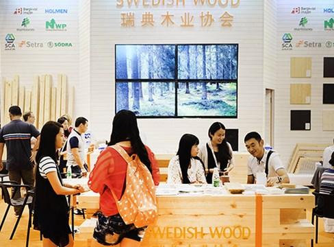 Stor nyfikenhet på svenskt trä på möbelmässa i Västra Kina