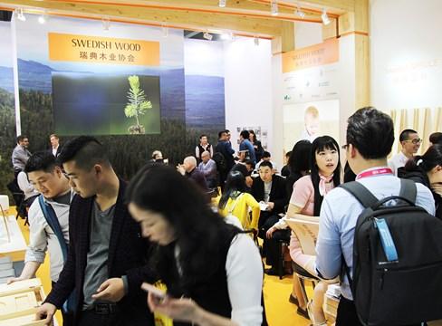 Många besökare i Svenskt Träs monter på mässan CIFM i Kina