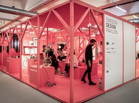 Färgstark svensk furu ramar in skandinavisk design på London Design Fair