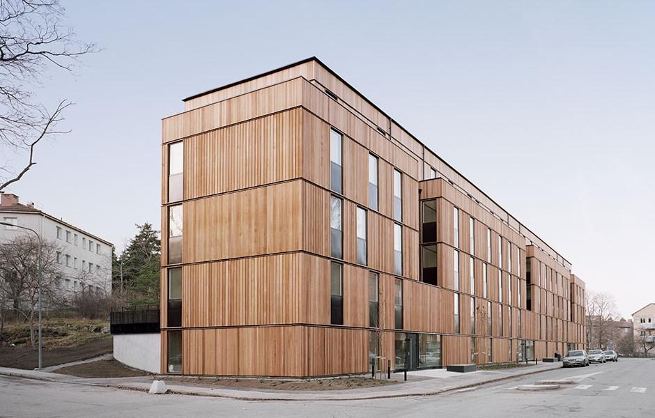 Långsträckt fasad i innovativa moduler