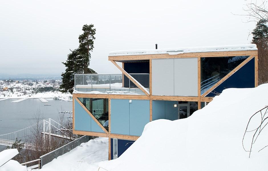 Vertikalt speglat boende med modultillverkad ramkonstruktion