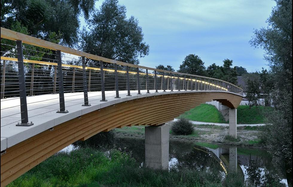 96 meter lång träbro har formats för floden