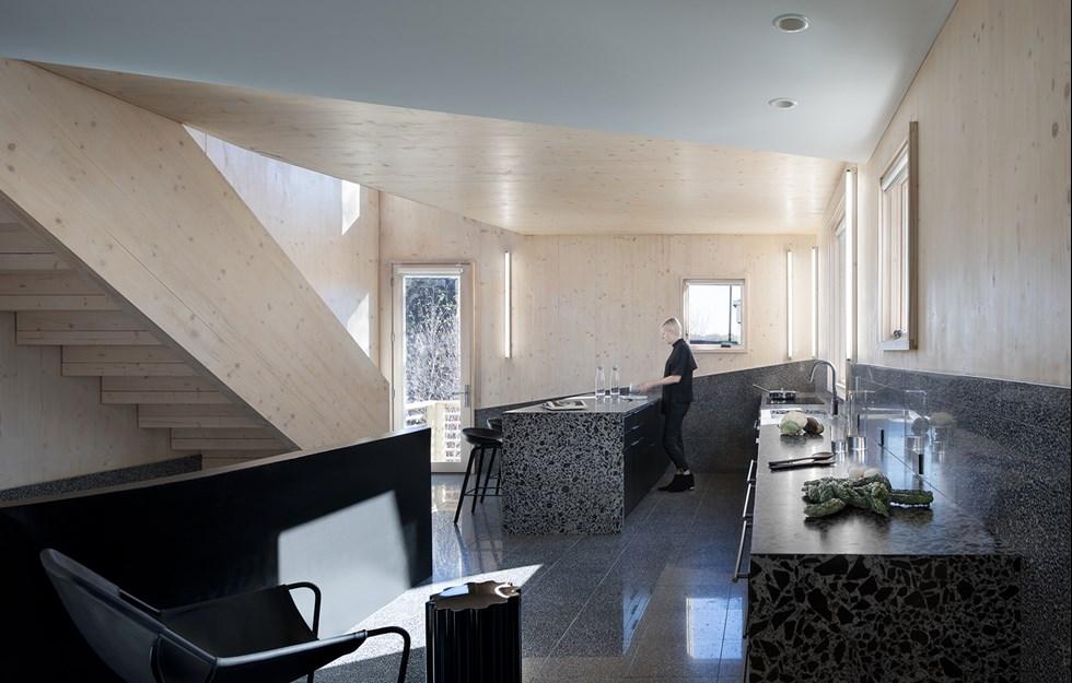 Karaktäristiskt tak och exponerat KL-trä